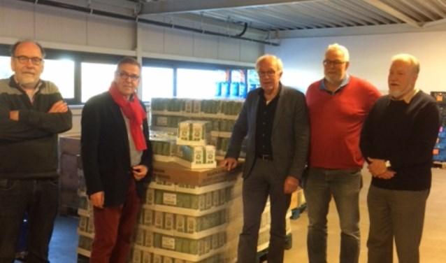 Vlnr: Dries Siderius, Wiet Burbach, Gerrit Harbers, Chris Blaauboer en Harry Kok. Dries, Chris en Harry zijn vrijwilligers bij de Voedselbank Oost Achterhoek. Foto: PR