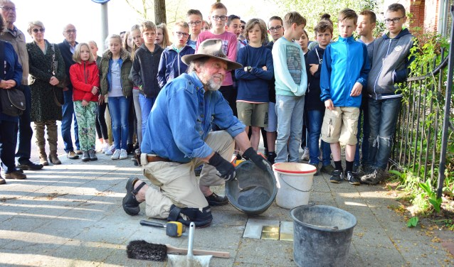Gunter Demnig plaatst drie Stolpersteine op Coehoornsingel in Zutphen. Foto: Alize Hillebrink