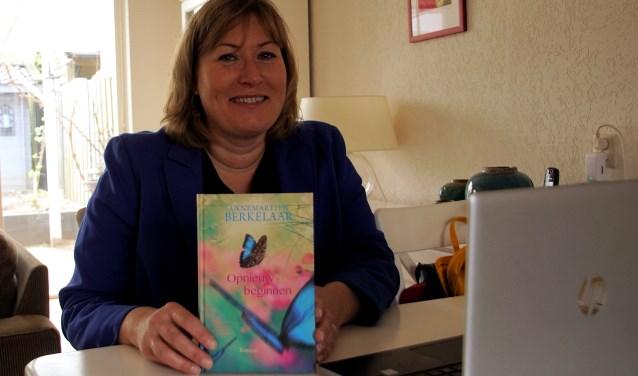 Annemartien Berkelaar met haar boek. Foto: Frank Vinkenvleugel