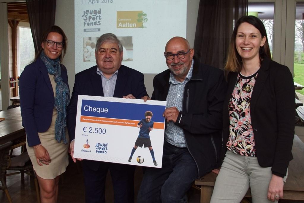 De Rabobank schonk een cheque van 2.500 euro. Foto: Frank Vinkenvleugel  © Achterhoek Nieuws b.v.