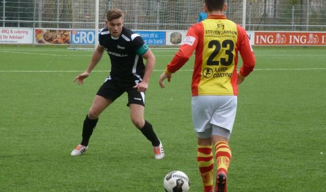 Freek Mulder (links) van AZSV verdedigt geconcentreerd tegen Maikel Lange van csv Apeldoorn. Foto: Andre Wamelink