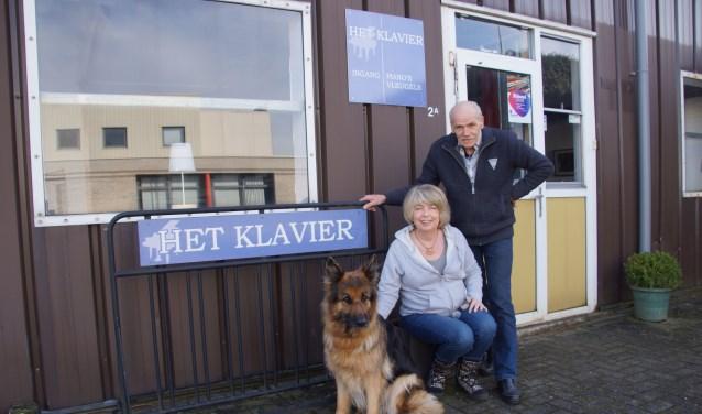Rita Boshart en Jack van Dodewaard met hun trouwe viervoeter voor het pand aan de Ambachtsweg 2 in Vorden. Foto: Bernadet te Velthuis