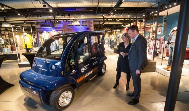 Jan Peter Balkenende en Mireille Wopereis bij de electrocar.