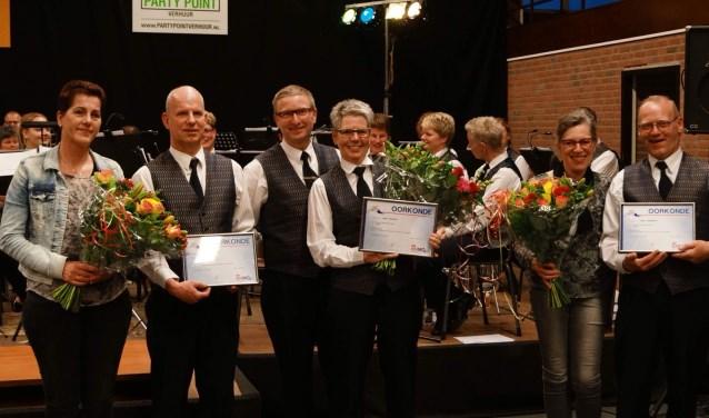 Richard Elschot (2de van links), Anja Spijkers (4de van links) en Henk Gunnewijk (geheel rechts) met hun partners. Foto: Lars Bloemers