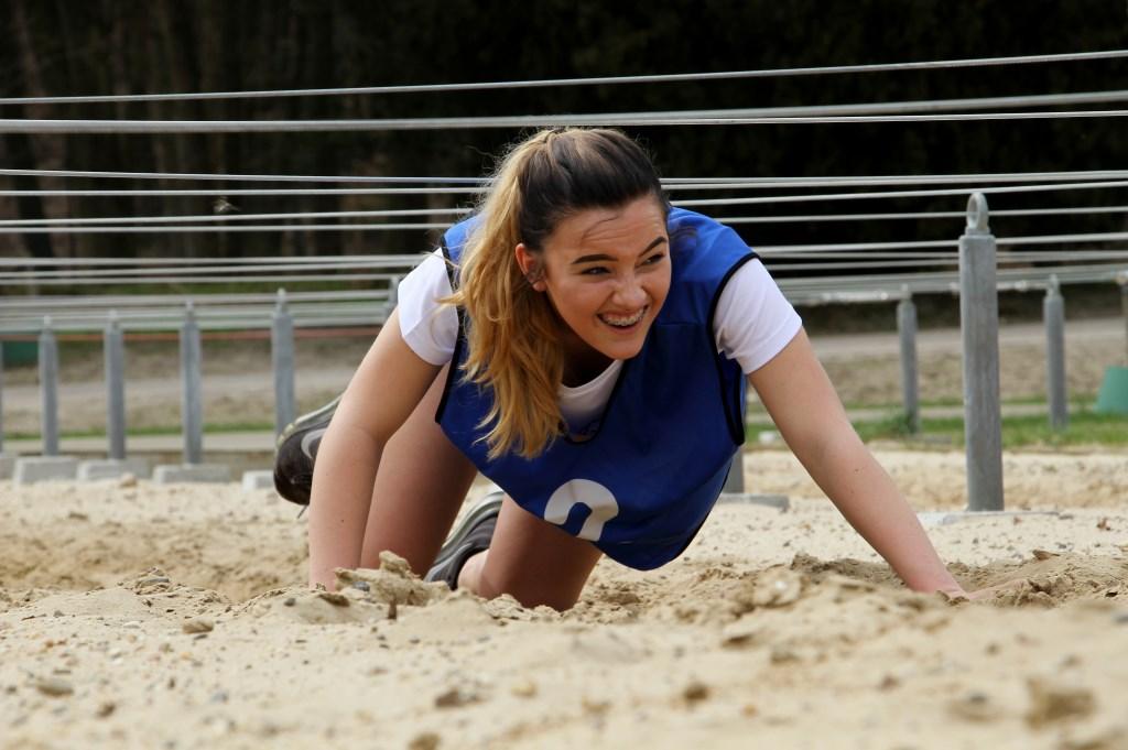 Annique Roes door het zand van de stormbaan. Foto: Liesbeth Spaansen  © Achterhoek Nieuws b.v.