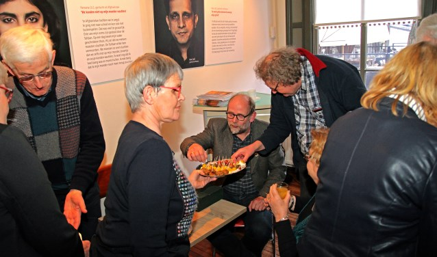 De officiële opening van het museumcafé in het Nationaal Onderduikmuseum op de Markt in Aalten. Foto Jan Oberink