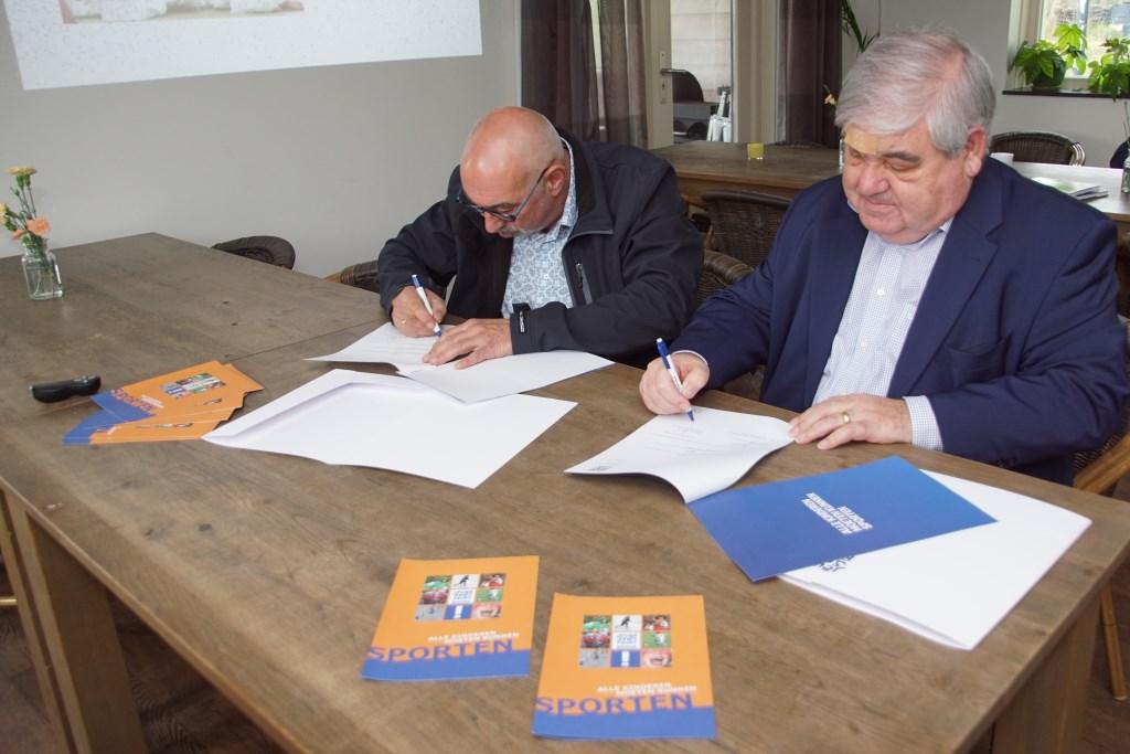 De overeenkomst wordt ondertekend. Foto: Frank Vinkenvleugel  © Achterhoek Nieuws b.v.