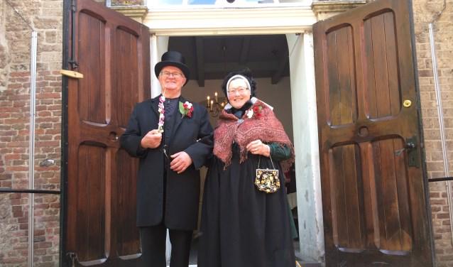 Gerrie en Gerrit Harmsen in folklorekleding voor de Sint Martinuskerk in Warnsveld waarvan Gerrit koster is. Foto: PR