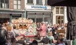 Rondom de Zutphense markt werd Gloria van Vivaldi zongen, begeleidt door draaiorgel Veronica. Foto: Leo van Eden