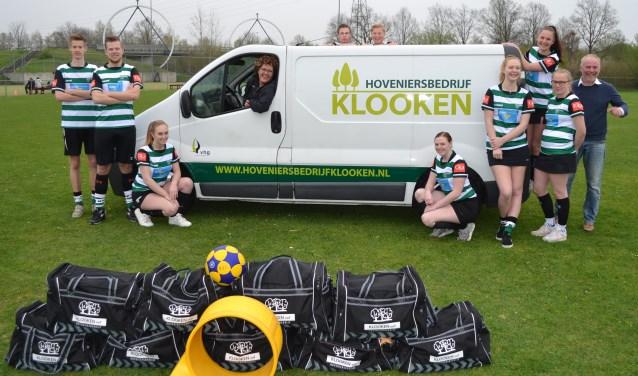 KVZ A1 samen met sponsor en eigenaar van hoveniersbedrijf Klooken. Foto: PR