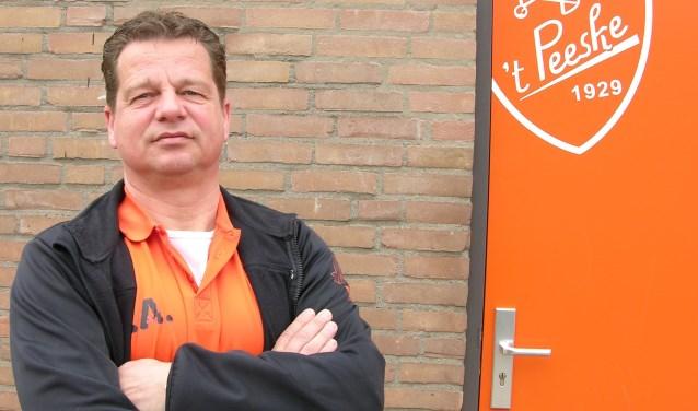 't Peeske-trainer Eric Arentsen op Sportpark De Klokstede. Foto: John van der Kamp