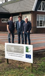 Bert Kruisselbrink, Wim ter Maat en Peter Blaauwehandop het nieuwe terras van Verenigingsgebouw Juliana. Foto: PR