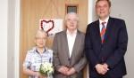 Het echtpaar Ter Horst met burgemeester Anton Stapelkamp. Foto: Frank Vinkenvleugel