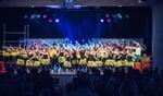 Slotact tijdens de show van dansschool MOTIVdance. Rechts in het witte shirt Wiesje ten Have. Foto: Lawrence Mooij