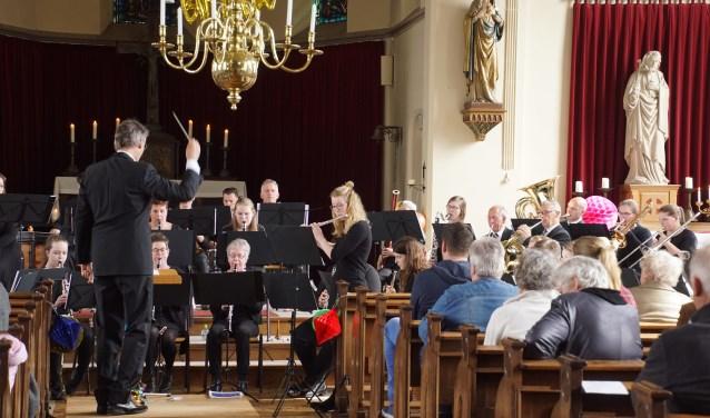 Harmonie Sint Antonius met soliste Marieke Hebinck. Foto: Frank Vinkenvleugel