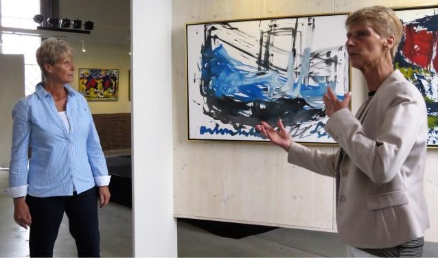 Trees (links) en Willy van Kleef vertellen in de Koppelkerk in Bredevoort over het werk van Anton Heyboer. Foto: Josée Gruwel.