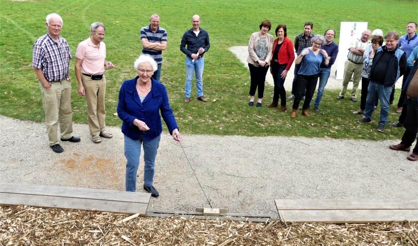 Het eerste bordje op de eerste traptrede werd zondag onthuld door mevrouw Thomassen. Foto: PR