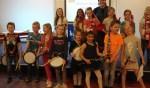 De jonge muzikantjes en hun lerares. Foto: Clemens Bielen