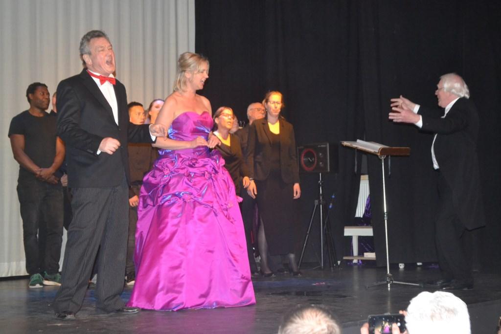 Slotstuk: spelers Vrolijk en operazangeres Irma ten Brinke. Foto: Joke Burink  © Achterhoek Nieuws b.v.