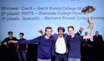 Teamleden Oscar en Floris van het winnende team CanX uit Winterswijk met hun docent. Teamleden Marnix en Jeroen ontbreken op de foto. Foto: DigiDaan