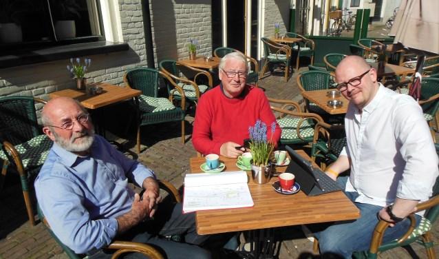 Stan Hompe, Hans Adema en Berry Vink (v.l.n.r.) zetten in goed overleg de puntjes op de i voor de Zutphense 5 mei festiviteiten. Foto: Eric Klop