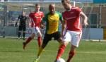 Rik van der Eerden schermt de bal goed af tegen Randy Onuoha van Huizen. Foto: Andre Wamelink