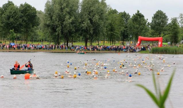 De jeugd zwemt 200 meter en loopt daarna hard in de OWM Zwemloop. Foto: PR