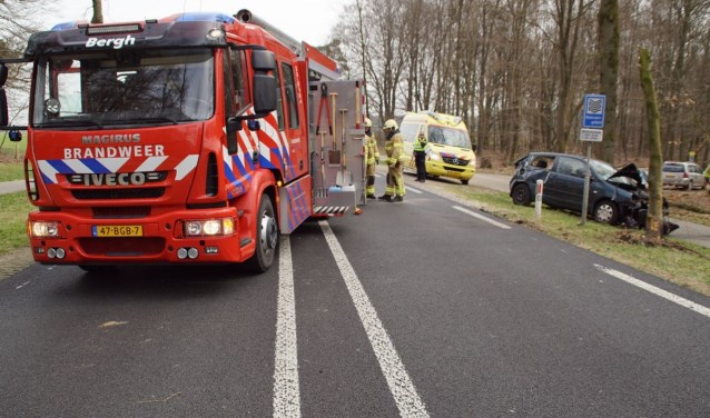 Hulpdiensten aan het werk na het ongeval op de Beekseweg. Foto: News United/112 Achterhoek Nieuws
