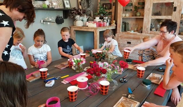 Kinderen aan de slag tijdens de workshop van Bloem&Dingetjes op Moederdag. Foto: PR