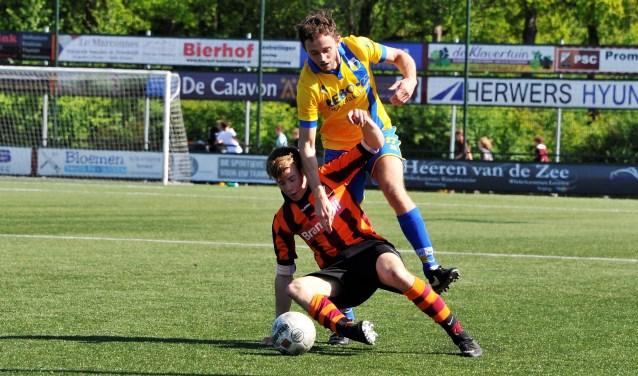 Actie tijdens de wedstrijd FC Zutphen zat.1 tegen DZC '68 die in 0-4 eindigde. Foto: Hans ten Brinke