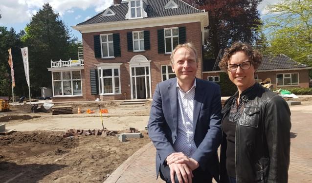 Stadsmanagers Harald Bus en Linda Commandeur voor één van de succesnummers uit het Plan Stad Groenlo: Brouwersnös. Foto: Kyra Broshuis