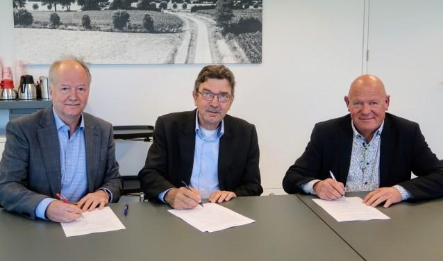 Wethouder Paul Seesing ondertekent het convenant Vroeg Eropaf, net als Claus Martinot (links) van Sité en Henk Meulenkamp van ProWonen. Ook zorgverzekeraars en energiemaatschappijen zullen zich in de komende weken bij de pilot aansluiten. Foto: Luuk Stam