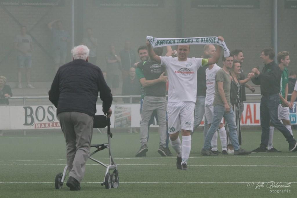 Oud-voorzitter Jan Cuppers komt persoonlijk de winnende ploeg feliciteren. Foto: Lotte Bekkenutte © Achterhoek Nieuws b.v.