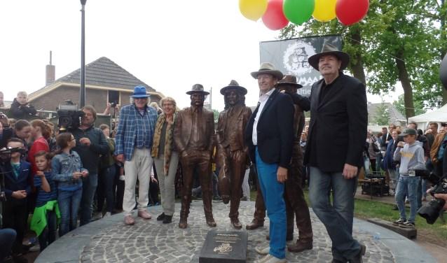 Bennie Jolink, Irma Manschot, Ferdi Joly en Willem Terhorst omarmen hun standbeeld. Foto: Henri Walterbos
