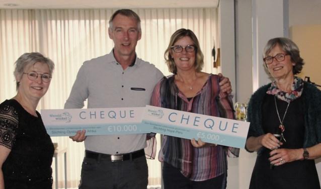 Vlnr: Marga Broshuis, Rene Hartman van stichting Opstap, Anja Eppingbroek van stichting HoPe, voorzitter Lies Bezemer. Foto: Jos Betting