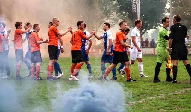 Oranje en blauwe rook zorgden voor een echte voetbalsfeer, kort voor de aftrap van Keijenburgse Boys-Pax. Foto: Luuk Stam