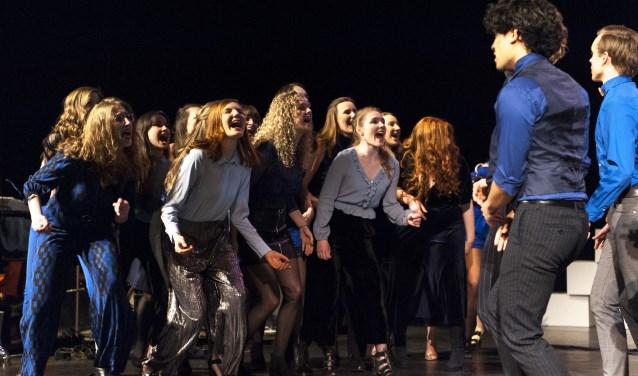 Dekoor Close Harmony tijdens hun theaterconcert in Luxor Rotterdam. Foto: Bob Leistra