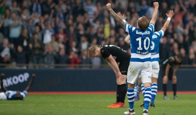 De Graafschap-middenvelder Mark Diemers (10) juicht, Telstar buigt het hoofd. Foto: Henk den Brok