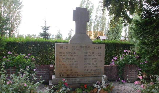 Er is een kranslegging bij het monument tijdens de herdenking in Lengel. Foto: Alfred Kock