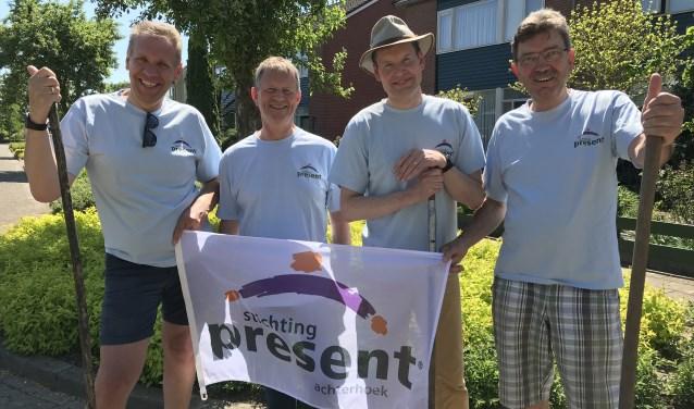 Wethouders van Bronckhorst Arno Spekschoor, Antoon Peppelman, Jan Engels en Paul Seesing aan de slag voor Present. Foto:PR Present Bronckhorst
