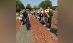 De kinderen bij 'De 102.000 Stenen'. Eén steen voor iedere vermoorde man, vrouw en kind. Foto: PR.