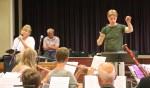 De dirigent met één van de deelnemers: Anyta Brouwer. Foto: Sander Grootendorst