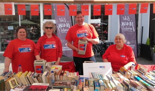 Opbrengst van de boekenkraam is voor KWF Kankerbestrijding. Foto: Astrid Stallinga