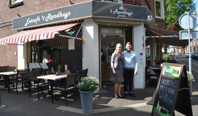 Kevin Wiggers en Mariska Ottink voor  hun eetcafé. Foto: Karin Stronks.