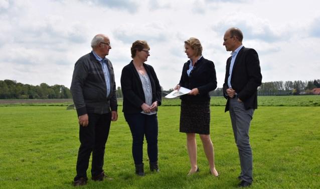 Taskforce Buitengebied. Henk Voortman, Diane Kuenen, wethouder Patricia Hoytink-Roubos en René Klein Gunnewiek. De drie vertegenwoordigden de taskforce, die uit negen mensen bestond. Foto: PR