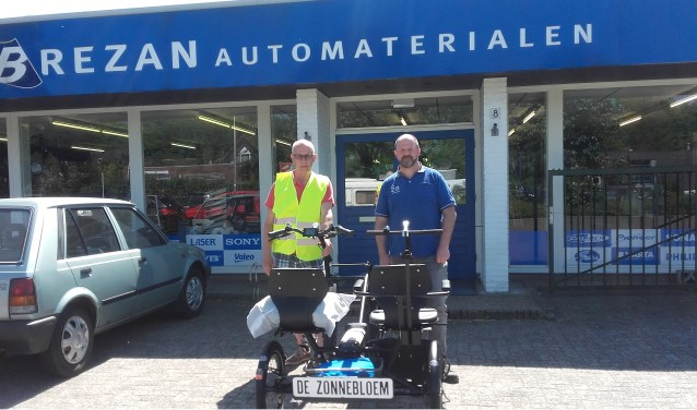 Zonnebloemvrijwilliger Draaier (l.) en bedrijfsleider Brezan Verhey. Foto: PR