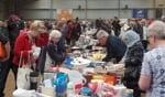 Het aanbod van spullen en toeloop van publiek was weer groot bij de Barchemse rommelmarkt.  Foto: Jan Hendriksen.