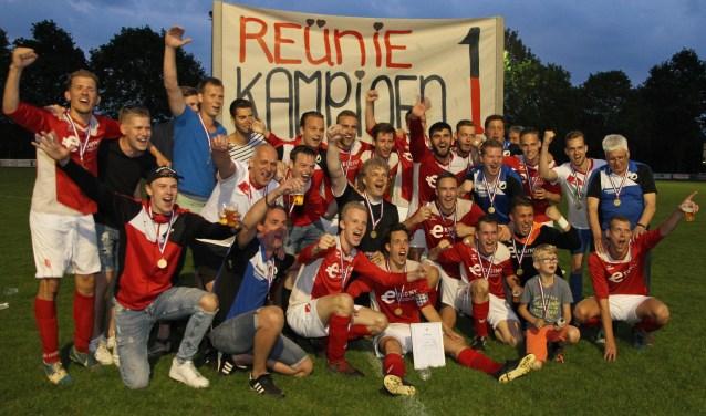 De kampioensploeg van Reünie viert feest. Foto: PR