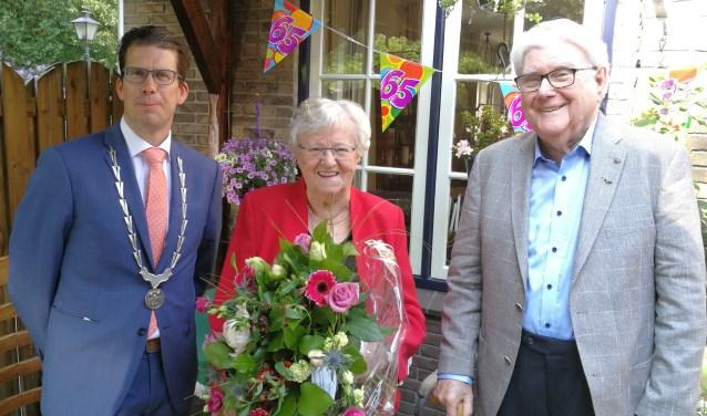 De burgemeester feliciteert het briljanten echtpaar Bosman-Sprokkereef. Foto: Rob Weeber