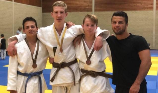 Vlnr Jerre Smeets (brons), Luuk van Nieuwland (goud), Gerben ten Have (brons) en coach Ricardo Chirco (goud). Foto: PR